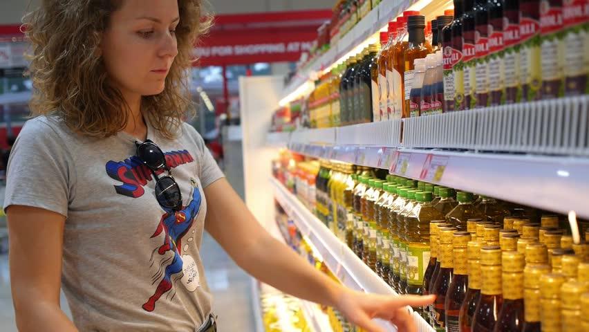 Αποτέλεσμα εικόνας για woman and olive  oil