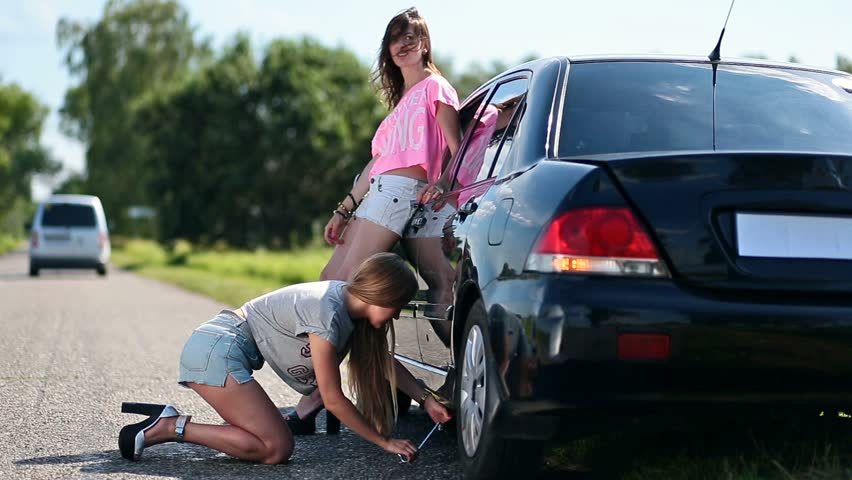 Stock Video af Cute Woman Jacking Up Hendes Bil 17864041 Shutterstock-1977