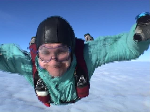 People can fly above the clouds! Skydiver in free-fall from 4000 meters (jump 2)