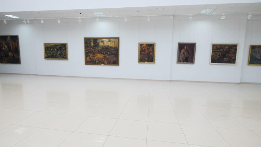 Painting of flowers in the gallery. Steadicam. 4K.