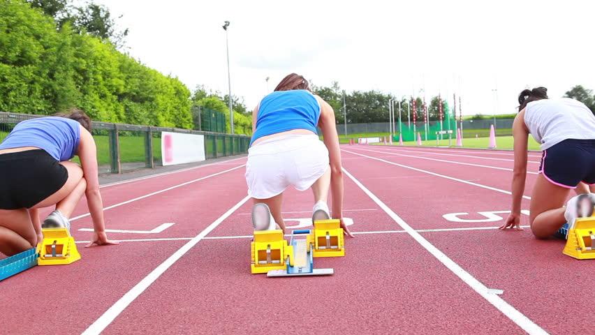 Women starting race on track