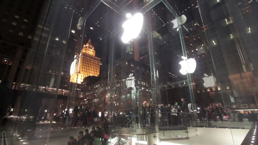 NEW YORK, NY - DECEMBER 23: People entering Apple Store on Christmas weekend on December 23, 2012 in New York, New York.