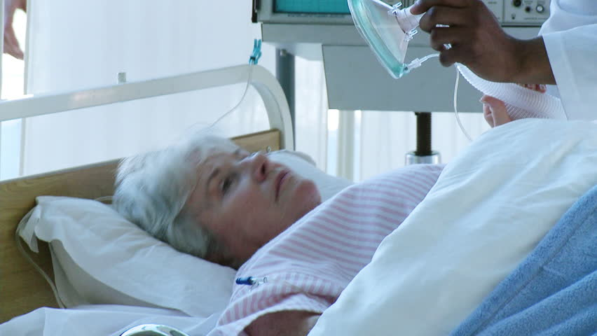 Senior woman receiving oxygen mask in the hospital | Shutterstock HD Video #655624