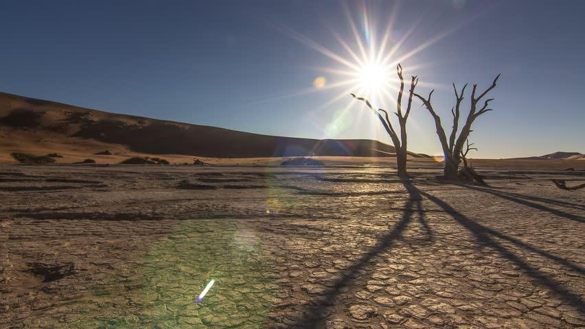 sunset time lapse sun going down behind a dead tree wide desert arid landscape at sossusvlei dead vlei namib desert namibia global warming 4k